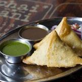 印度萨莫萨炸三角饺--这种炸的饺子里面包有剁碎了的蔬菜、土豆及香料,是印度最受欢迎的美食之一。