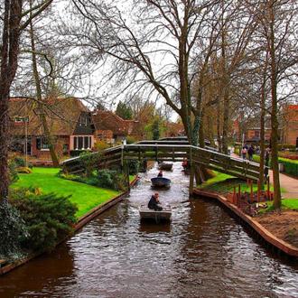 """这个拥有绝美田园风光的荷兰小村,一度被外界誉为""""北方威尼斯""""。这里没有道路,只有小运河,每座房子都仿佛建在一个个私人岛屿之上。"""
