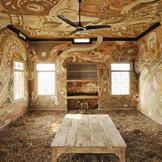 非凡的泥画,装饰一所乡村学校教室的天花板和墙壁