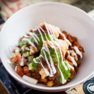 印度Chai Pani餐馆的萨莫萨炸三角饺非常有名,材料有萨莫萨炸三角饺(以咖喱土豆为馅料)、香菜、葱、酸奶、酸辣酱、豆类等。