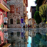 摄影师MyOakForest在土耳其安塔利亚市(Antalya)的大街,在黑色石板地浇上水,拍摄下了这张绝美的照片~