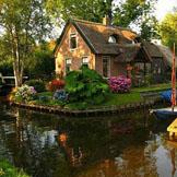 有个小村庄,静谧又安详,家家都有船,出行在水上。划船晒太阳,每天喜洋洋,终老好地方,别说你不想——荷兰·羊角村