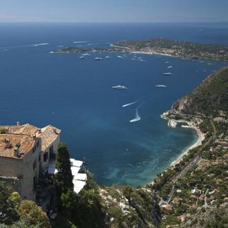 坐落在法国里维埃拉的埃兹小城依悬崖而建,地中海的美景尽收眼底。这个小城已有数百年历史,城内最早的建筑可以追溯到14世纪。