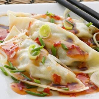 """韩国饺子名为""""Mandu"""",里面包有大量的肉,可以搭配着泡菜和酱类一起吃。"""