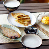煎了条偏口鱼,打了绿豆薏米燕麦花生米糊,胡萝卜擦丝加面粉和鸡蛋调味煎成饼,一碟酱菜,水果有好吃的糯米糍和芒果。