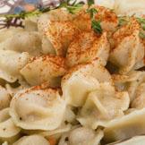土耳其饺子里面填满了五香羊肉或牛肉,可以搭配上酸奶酱或辣椒一起吃